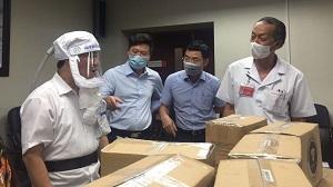 Tặng mũ cách ly di động cho các đơn vị phòng chống dịch Covid-19